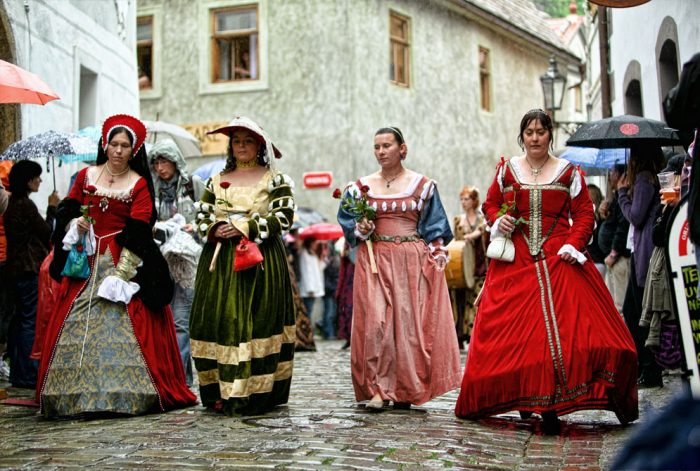 Переодетые девушки на празднике Пятилепестковой розы в Чески-Крумлове