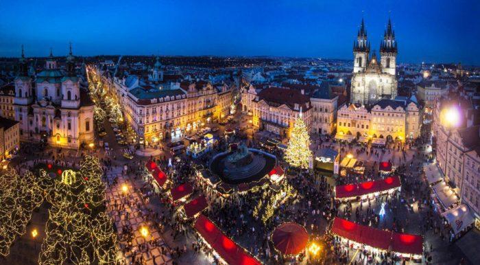 Туристы на рождественской ярмарке на Староместской площади Праги