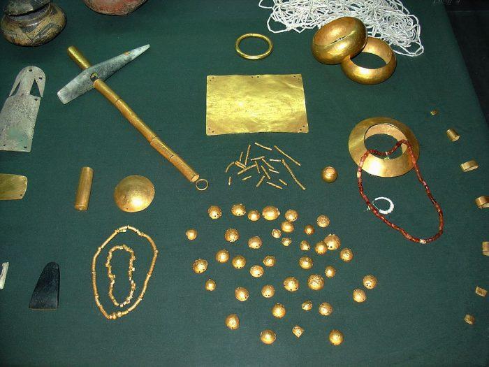 Золотые изделия, найденные в могильнике Варны