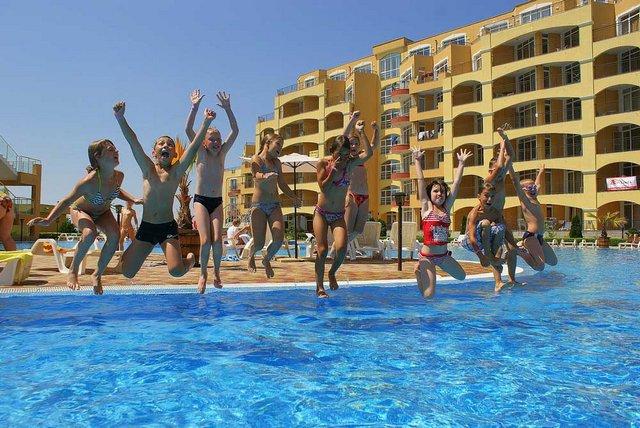 Дети прыгают в бассейн