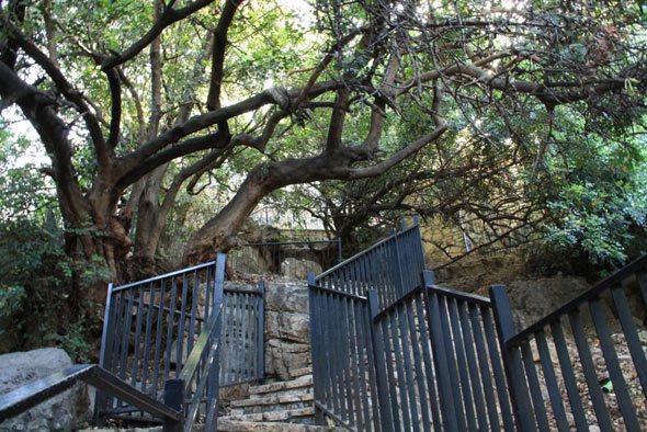 Вход в священную пещеру в деревне Пкиин