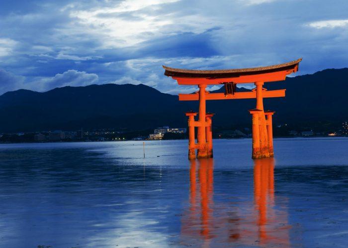 Тории на острове Ицукусима