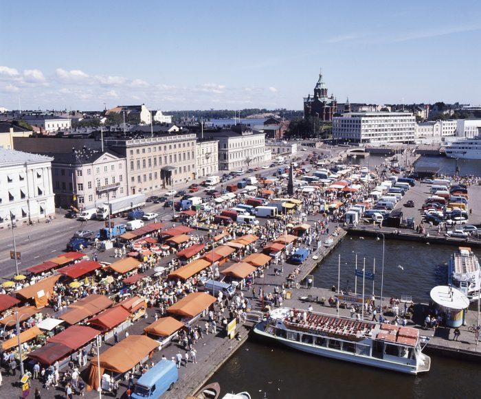 Базар на Рыночной площади в Хельсинки