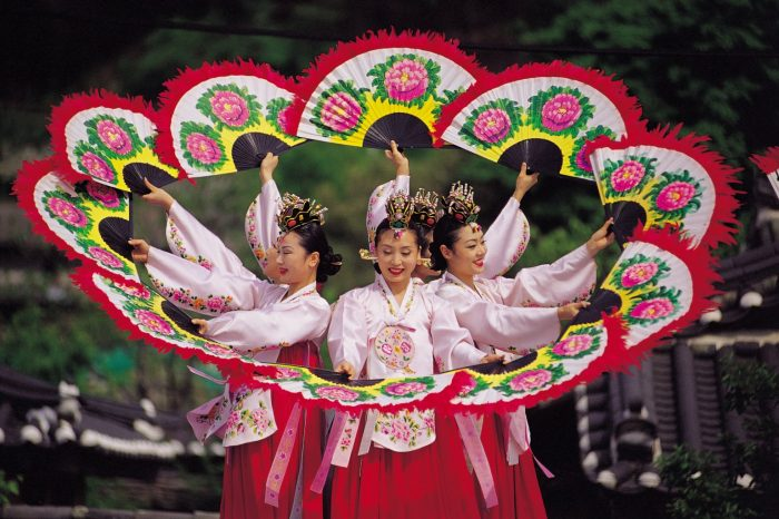 Девушки танцуют с веерами