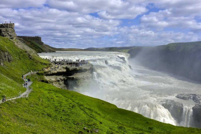 Водопад Гюльфосс на фоне облачного неба