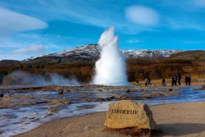 Гейзер Строккюр на фоне исландских гор