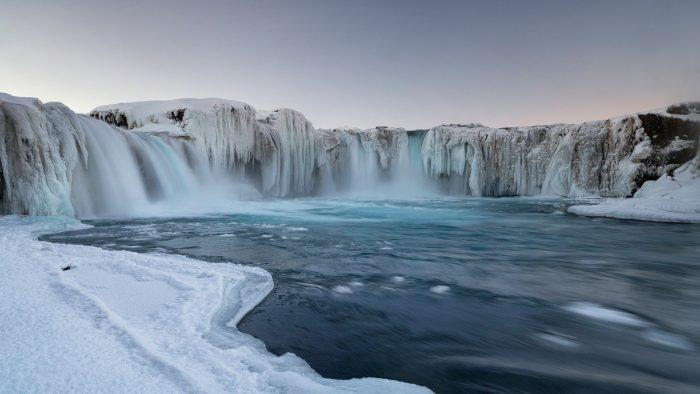 Замёрзший водопад Годафосс в Исландии зимой