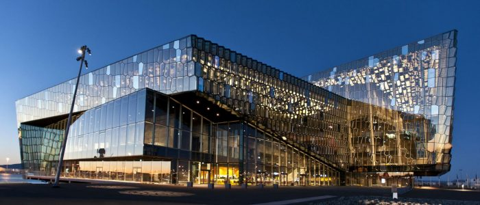 Здание концертного зала Харпа в Рейкьявике ночью