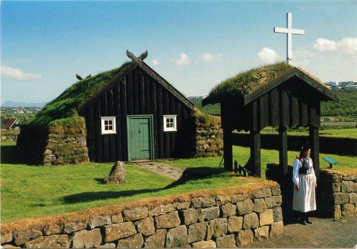 Домик-экспонат с часовней в музее под открытым небом Арбаэярсафн