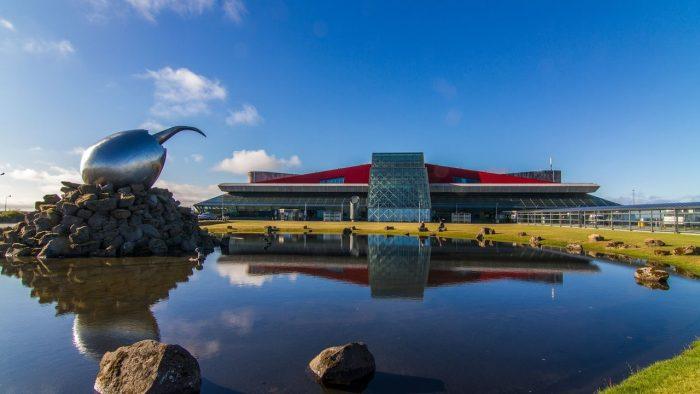 Здание аэропорта Кефлавик в Рейкьявике с видом на озеро