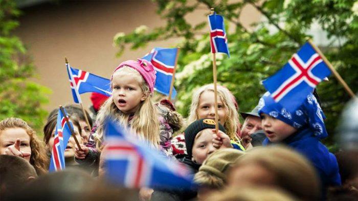 Дети с флагами Исландии