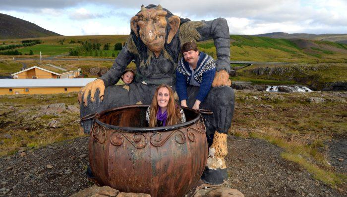 Фигура Тролля в Исландии и семья туристов