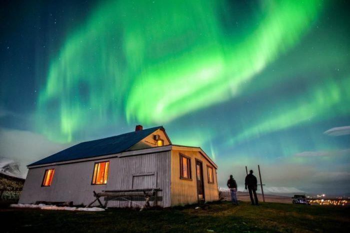 Северное сияние над домом в Исландии
