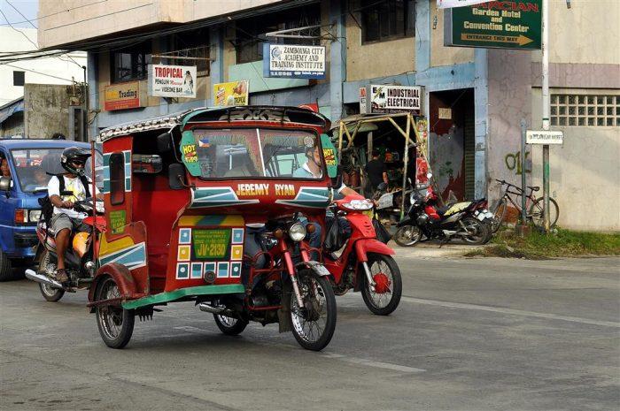 Трайсиклы на дороге в филиппинском городе