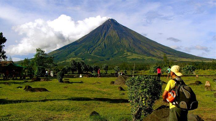 Туристы у подножия вулкана Майон на Филиппинах