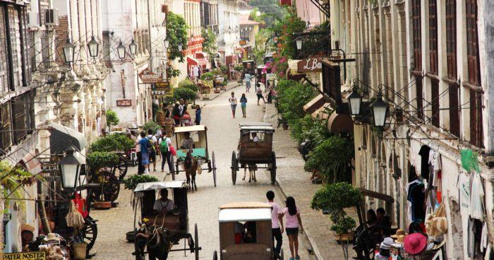 Движение на одной из улиц города Виган, Филиппины