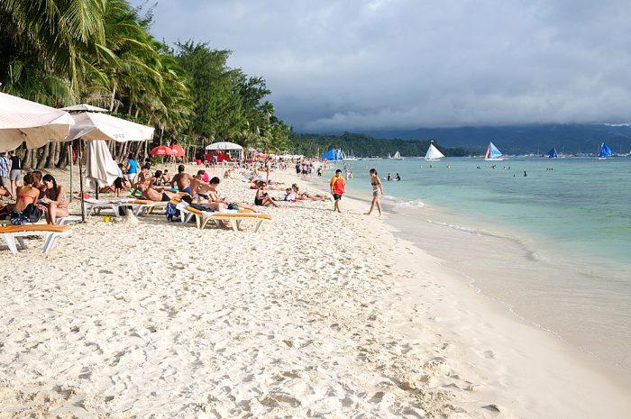 Отдыхающие на Белом пляже острова Боракай, Филиппины
