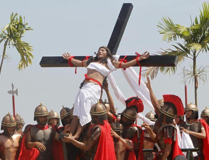 Распятие религиозного фанатика на кресте в Страстную пятницу на Филиппинах