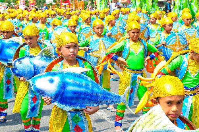Шествие нарядных мальчиков на Фестивале тунца, Филиппины