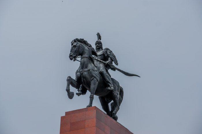 Памятник Манасу Великодушному на площади Ала-Тоо в Бишкеке