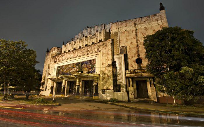 Театр Метрополитан в Маниле в вечернее время после дождя