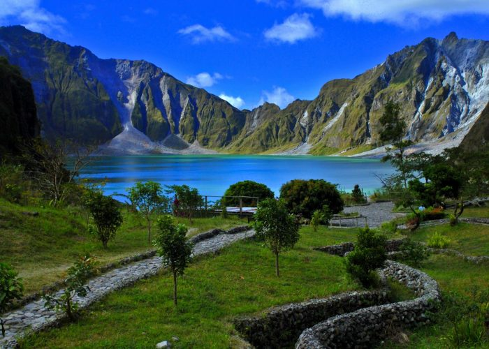 Озеро в кратере вулкана Пинатубо на Филиппинах