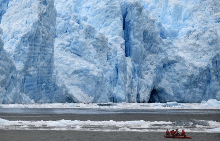 Туристы в шлюпке любуются ледником Сан-Рафаэль