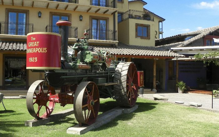 Старая сельскохозяйственная машина во дворе музея
