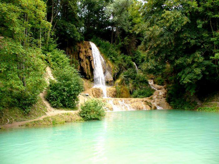 Водопад стекает в небольшое озеро