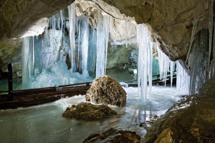 Ледяные сосульки и наплывы в подземной пещере