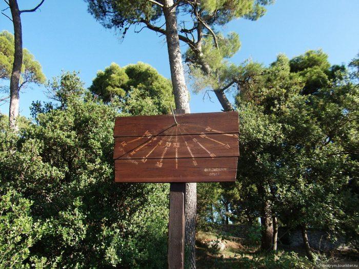 Солнечные часы в Лесном парке Марьян
