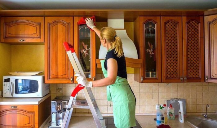 русская девушка убирает дом