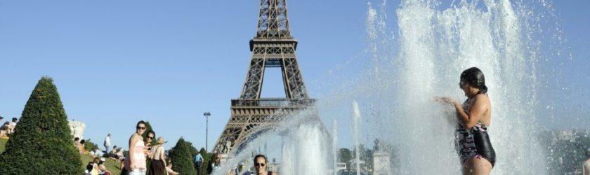 Купаться в фонтане во Франции