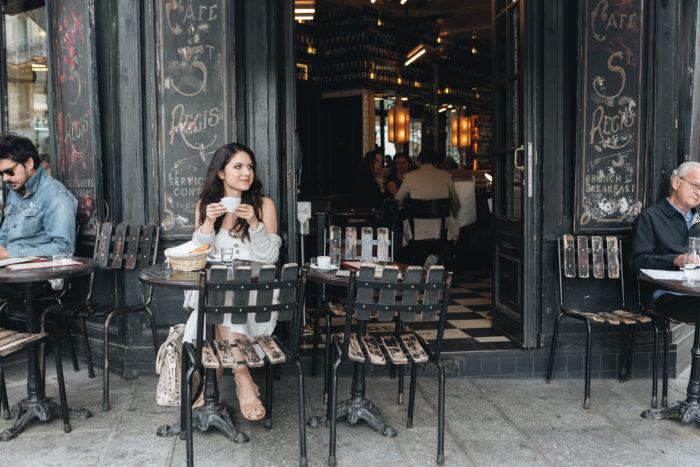 Девушка в парижской кофейне