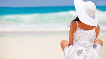 10 предметов гардероба, которые пригодятся в отпуске у моря женщинам за 40