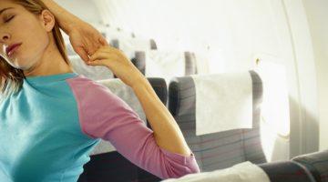 Йога в самолете: 7 упражнений, которые помогут пережить полет без боли в спине